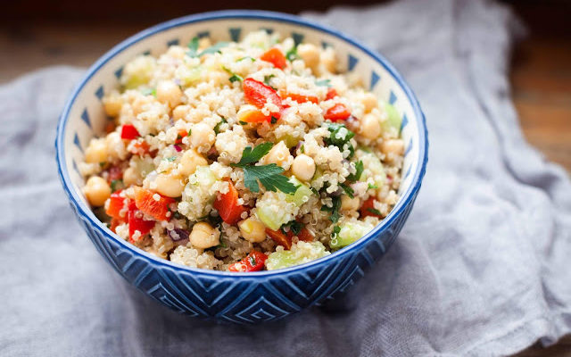 Sałatka z kaszą quinoa, papryką, ogórkiem i ciecierzycą